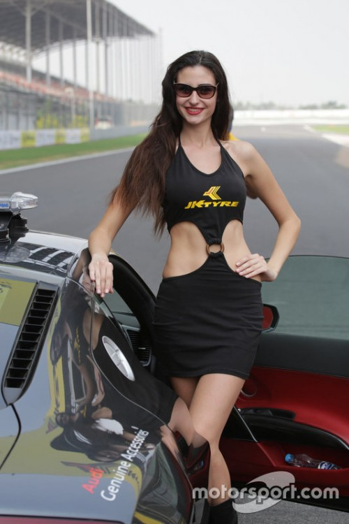 indian-openwheel-jk-tyre-greater-noida-2015-grid-girl.jpg