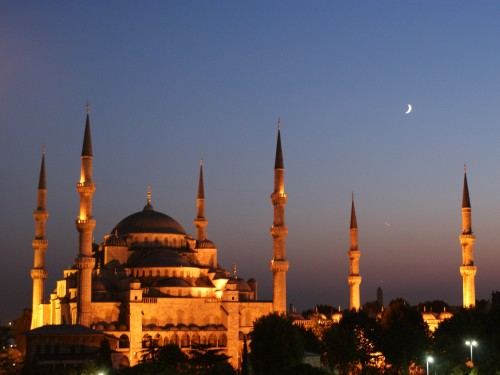 Crescent-moon-over-the-blue-mosque.jpg